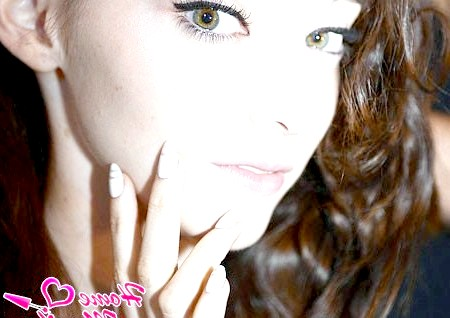 Фото - стильні білі нігті з бежевими смужками