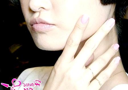 Фото - стильний монотонний манікюр в рожевому кольорі