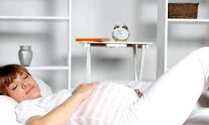 Чи можна спати на животі вагітним: які пози сну майбутньої мами небезпечні для малюка