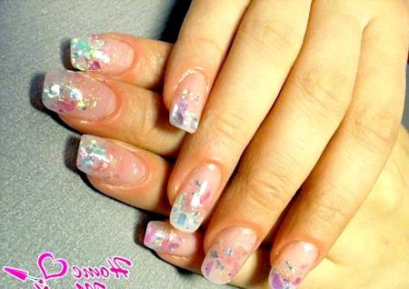 Фото - акуратний дизайн нігтів з шматочками слюди