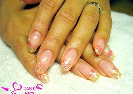 Фото - красиві овальні нігті з декоративною слюдою