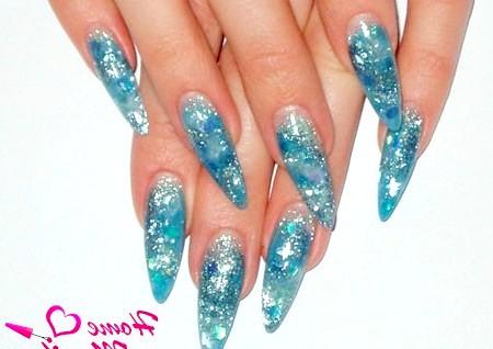 Фото - зимовий варіант нарощених нігтів зі слюдою
