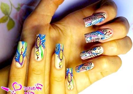 Фото - яскрава абстракція на нігтях гелевими ручками