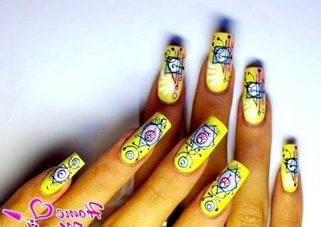 Фото - яскравий абстрактний дизайн нігтів за допомогою ручок