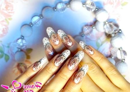 Фото - красивий малюнок чорною гелевою ручкою на нігтях