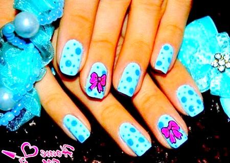 Фото - рожеві бантики на блакитних нігтях