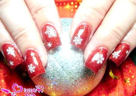 Фото - червоний новорічний нейл-арт зі сніжинками
