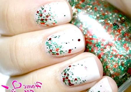 Фото - ніжний дизайн нігтів з новорічним глітером