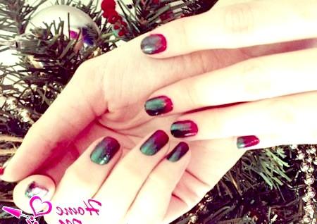 Фото - новорічний дизайн нігтів омбре в червоно-зелених тонах