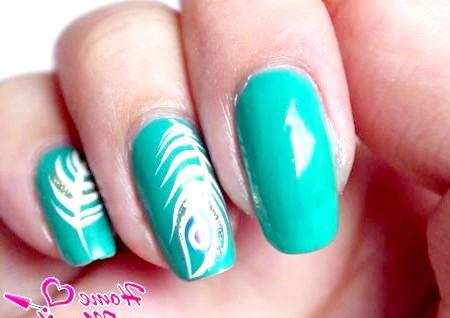 Фото - два шари зеленого лаку на нігті