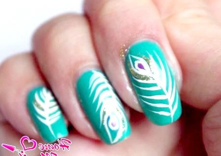 Фото - цікаве перо павича на нігтях