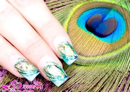 Фото - цікава інтерпретація пера павича на нігтях