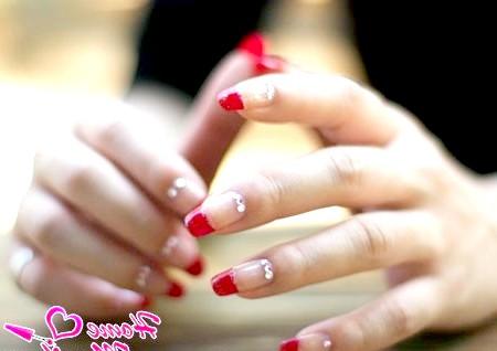 Фото - витончений червоний френч на нігтях зі стразами