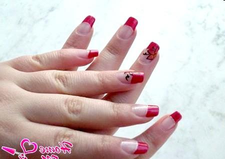 Фото - елегантний нейл-арт з квітками на безіменних пальцях