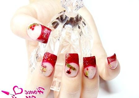 Фото - новорічний дизайн нігтів в червоно-золотих тонах