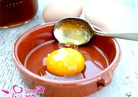 Фото - маска для нігтів з медом і жовтком