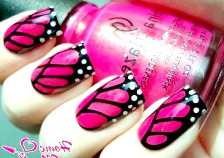 Фото - чорно-рожеві крила метелика на нігтях