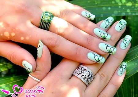 Фото - елегантні чорні метелики на салатових нігтях