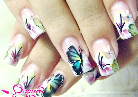 Фото - витончений флористичний манікюр з метеликами