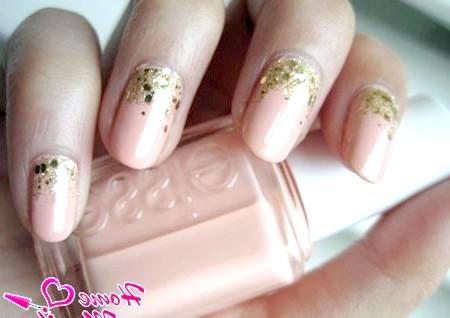 Фото - персиковий дизайн нігтів з золотими блискітками