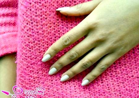Фото - мигдалеподібні нігті на руках дівчини