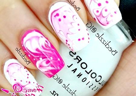 Фото - малиново-біла абстракція на нігтях