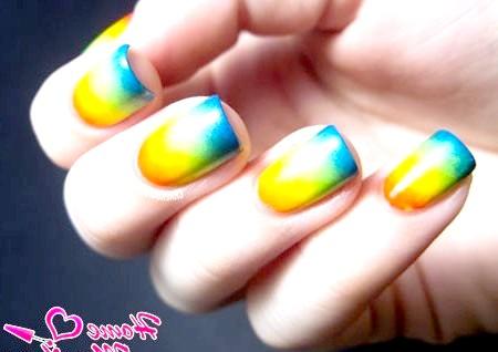 Фото - яскраві різнокольорові нігті на літо