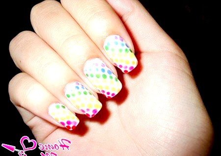 Фото - яскравий дизайн нігтів в точковому стилі