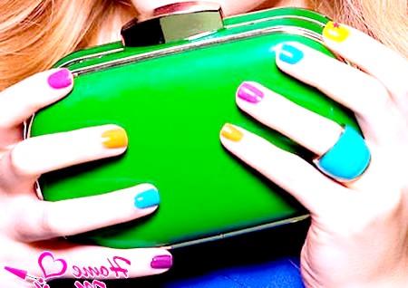 Фото - кольорові короткі нігті на руках дівчини