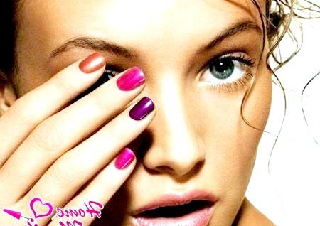 Фото - красива дівчина з різнокольоровими нігтями