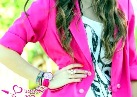 Фото - різнокольоровий манікюр під яскраво-рожевий піджак