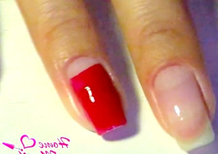 Фото - підставу нігтя пофарбовано в червоний колір