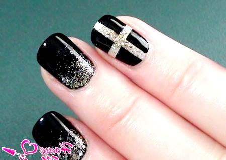 Фото - дизайн нігтів в стилі Chanel з хрестом