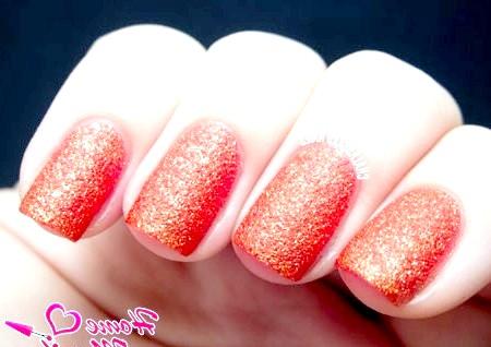 Фото - яскраво-оранжевий цукровий пісок на нігтях