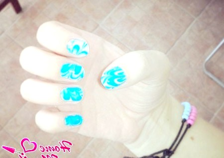 Фото - блакитний малюнок на нігтях