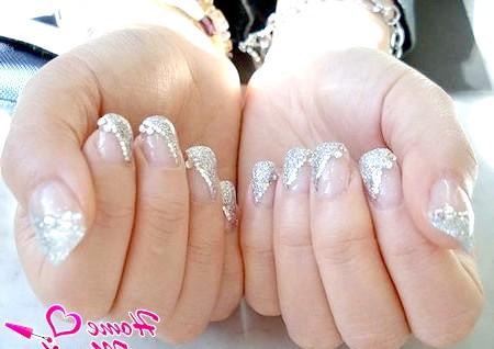 Фото - манікюр нареченої зі срібним глітером і стразами