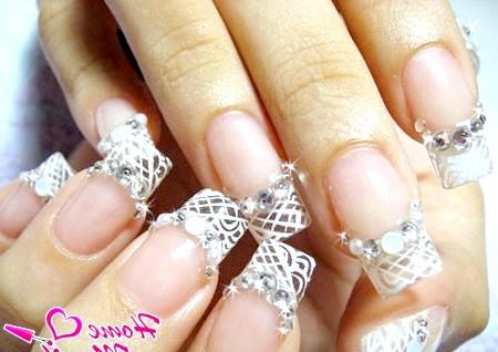 Фото - стильний весільний френч на нігтях нареченої