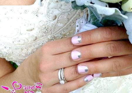 Фото - місячний манікюр на коротких нігтях нареченої