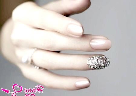 Фото - весільний манікюр з акцентом на безіменному пальці