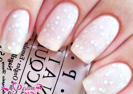 Фото - ніжний манікюр з блискітками на нігтях нареченої