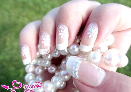Фото - елегантний квітковий малюнок на нігтях нареченої