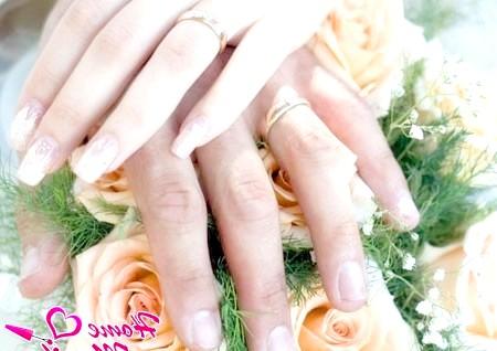 Фото - гарний весільний нейл-арт в тон букету квітів