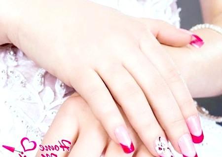 Фото - яскравий весільний манікюр з квіткою на безіменному пальці