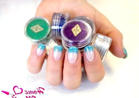 Фото - блакитний гліттерний френч на нігтях
