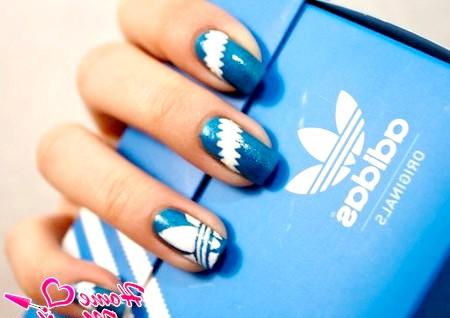 Фото - біло-синій нейл-арт adidas