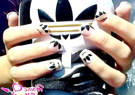Фото - дизайн нігтів адідас під спортивне взуття
