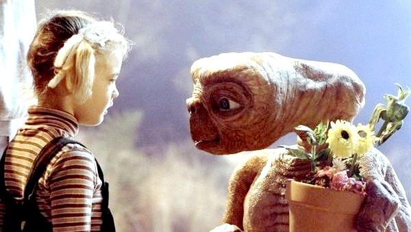 Фото - Милий інопланетянин і дівчинка. Фото з сайту film.ru