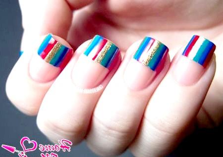 Фото - цікавий смугастий френч на нігтях