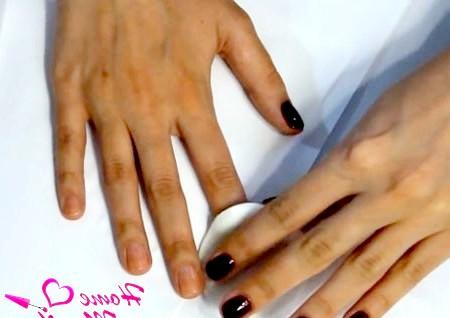Фото - знежирення нігтів за допомогою ватного диска