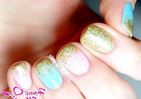 Фото - модний дизайн нігтів з золотими блискітками